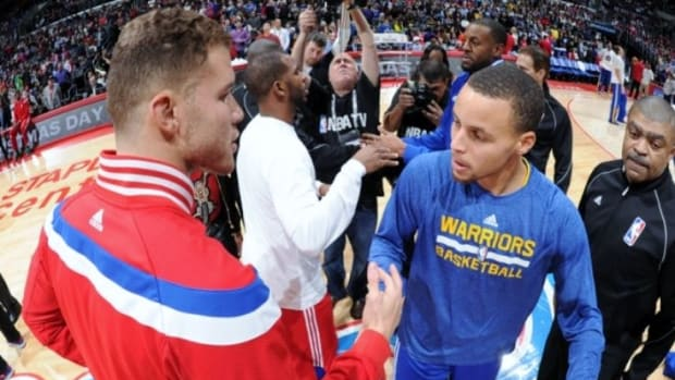 Blake_Griffin_Exchanges_Greetings_with_Stephen_Curry_Before_the_Christmas_2014_Game