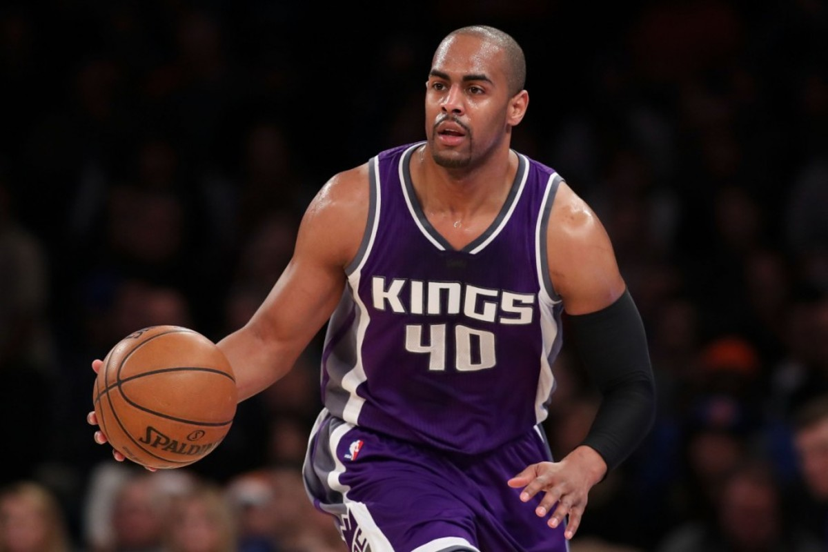 NEW YORK, NY - DECEMBER 04:  Arron Afflalo #40 of the Sacramento Kings dribbles up court against the New York Knicks during the first half at Madison Square Garden on December 4, 2016 in New York City. NOTE TO USER: User expressly acknowledges and agrees that, by downloading and or using this photograph, User is consenting to the terms and conditions of the Getty Images License Agreement.  (Photo by Michael Reaves/Getty Images)