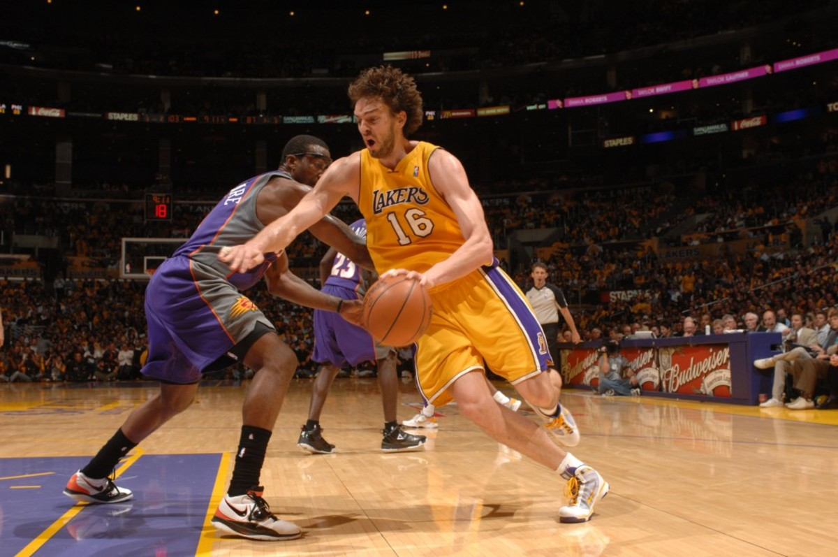LOS ANGELES - MAY 17:  Pau Gasol #16 of the Los Angeles Lakers drives past Amar'e Stoudemire #1 of the Phoenix Suns in Game One of the Western Conference Finals during the 2010 NBA Playoffs at Staples Center on May 17, 2010 in Los Angeles, California. NOTE TO USER: User expressly acknowledges and agrees that, by downloading and/or using this Photograph, user is consenting to the terms and conditions of the Getty Images License Agreement. Mandatory Copyright Notice: Copyright 2010 NBAE (Photo by Noah Graham/NBAE via Getty Images)