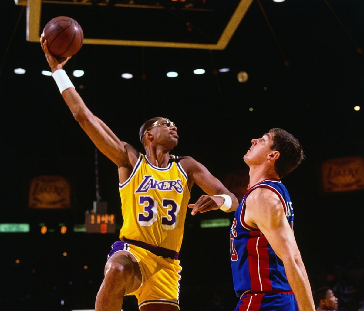 INGLEWOOD, CA - 1988:  Kareem Abdul-Jabbar #33 of the Los Angeles Lakers goes up for a sky hook against the Bill Laimbeer #40 of the Detroit Pistons during an NBA game circa 1988 at the Forum in Inglewood, California.  NOTE TO USER: User expressly acknowledges and agrees that, by downloading and/or using this Photograph, user is consenting to the terms and conditions of the Getty Images License Agreement.  Mandatory Copyright Notice: Copyright 1988 NBAE (Photo by Andrew D. Bernstein/NBAE via Getty Images)