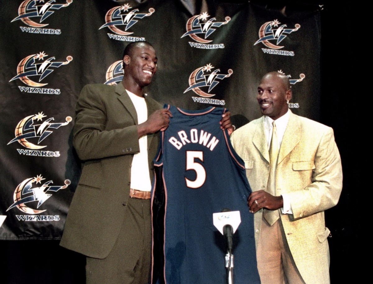 SP/PLAYER    6/28/2001    Joel Richardson/TWP    109897   Washington, DC, MCI Center       KWAME BROWN , WIZARDS NUMBER ONE PICK IN THE NBA DRAFT  HOLDS  A NEWS CONFERENCE AT THE MCI CENTER,,, GETTING HIS JERSEY FROM MICHAEL JORDAN.   Original Filename: kwame1.jpg