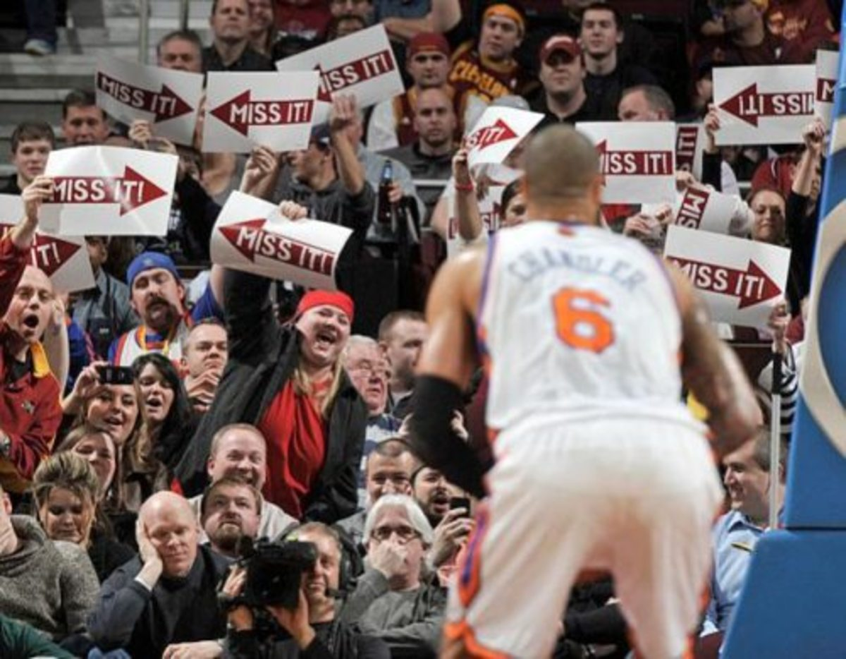 distracting-basketball-fans-funny-free-throw-11