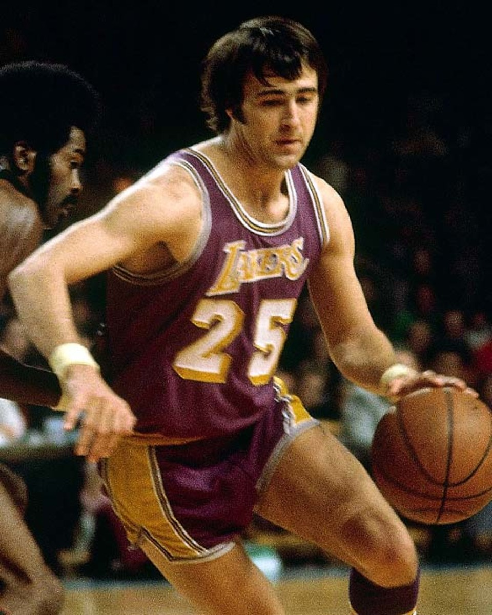 MILWAUKEE - 1972:  Gail Goodrich #25 of the Los Angeles Lakers makes a move to the basket against the Milwaukee Bucks during the 1972 season at the MECCA Arena in Milwaukee, Wisconsin. NOTE TO USER: User expressly acknowledges that, by downloading and or using this photograph, User is consenting to the terms and conditions of the Getty Images License agreement. Mandatory Copyright Notice: Copyright 1972 NBAE (Photo by Vernon Biever/NBAE via Getty Images)